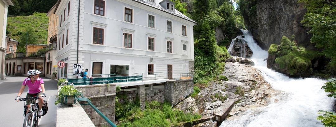 Alpe Adria Radweg in Bad Gastein Bruecke über Gasteiner Wasserfall