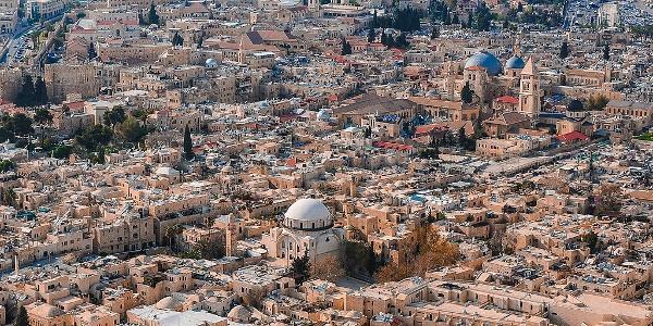 צילום אווירי של בית כנסת החורבה ושל הרובע היהודי