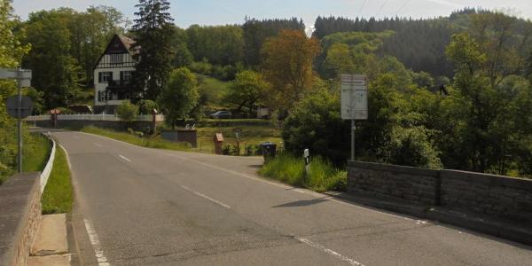 Hier (2) biegen wir nach rechts in den Forstweg ab