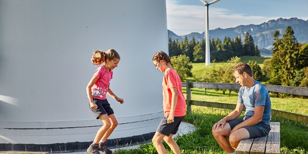 Auf der Plattform Luft & Wind mit der eigenen Körperkraft mit einer Pfeiffenwippe Melodien ins Tal spielen.
