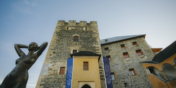 Burg Deutschlandsberg mit Statue vor dem Eingang zum Museum Archeo Norico