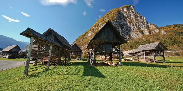 Die Heuhaufen unterhalb des Dorfes Studor