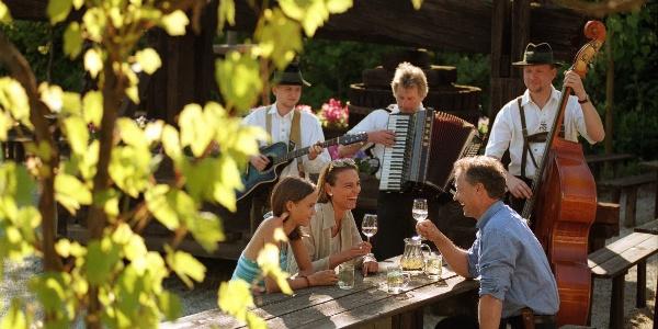 Gemütliches Beisammensein mit Wein und steirischer Musik © TV Hartbergerland, Bernhard Bergmann