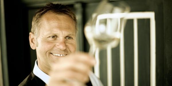 Herrn Nöhrer ist die Freude beim Betrachten des edlen Tröpfchen, ins Gesicht geschrieben