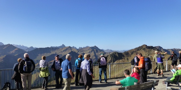 Auf dr Terrasse an der Bergstation der Walmendinger Horn Bahn