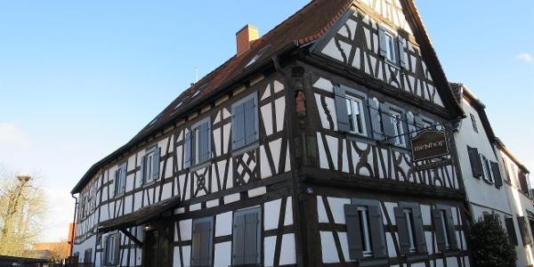 Knittelsheim Isenhof - von der Straße aus gesehen