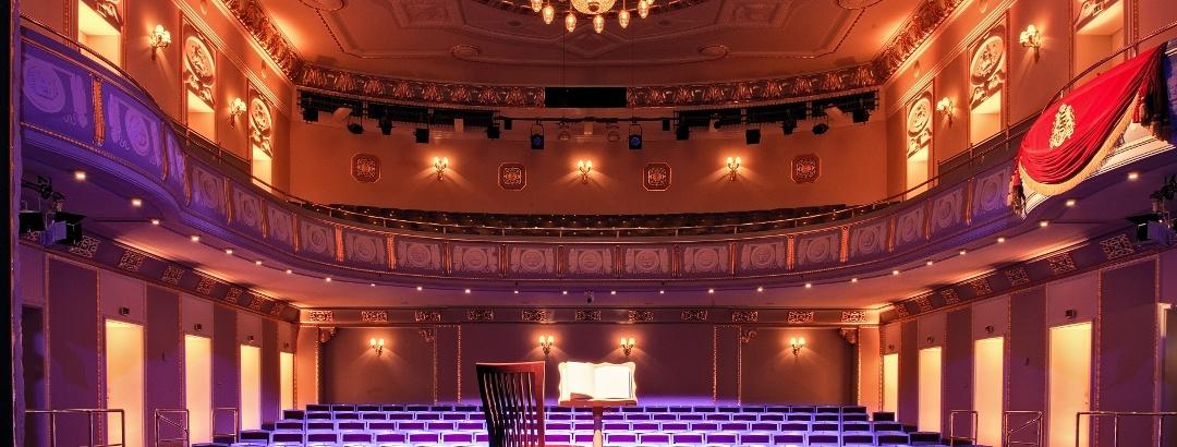 König Albert Theater Bad Elster - Vorderbühne mit Stuhl