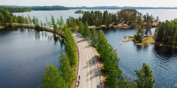 Fahren Sie durch die wunderschöne Landschaft von Saimaa