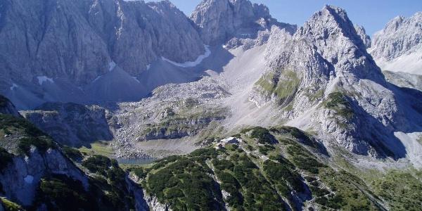 Die Coburger Hütte Am Ufer des Drachensees (vom Tajakante-Klettersteig gesehen).