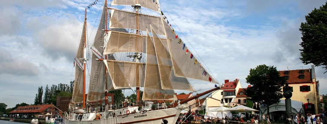 Segelschiff Meridianas unter vollen Segeln am Liegeplatz in Klaipeda