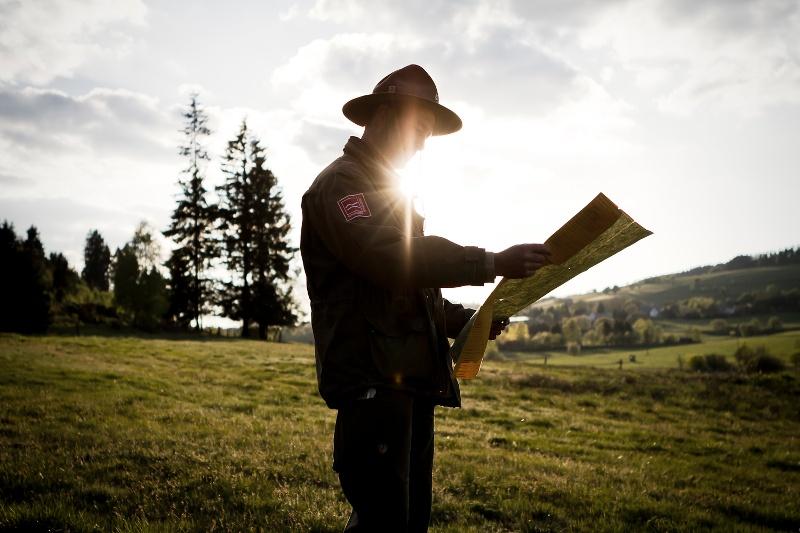 Ranger Matthias Speck schaut auf seine Wanderkarte