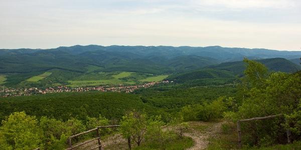 A Bükk hegység egyik legteljesebb panorámája nyílik a Vár-hegy északi oldalából, a felhagyott dolomitbányából