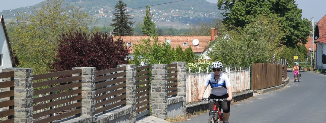 A Római utat valóban használták már a római korban is - a háttérben a Szent György-hegy magasodik