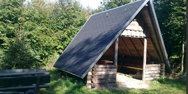 Gipfelhütte auf dem Rosenbühl mit Gipfelbuch
