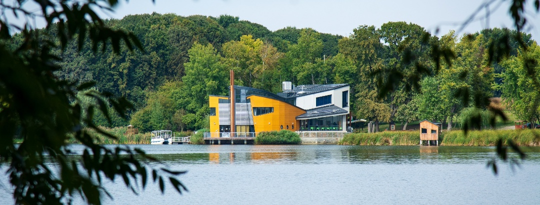 A Fekete István Látogatóközpont a Deseda-tó partján
