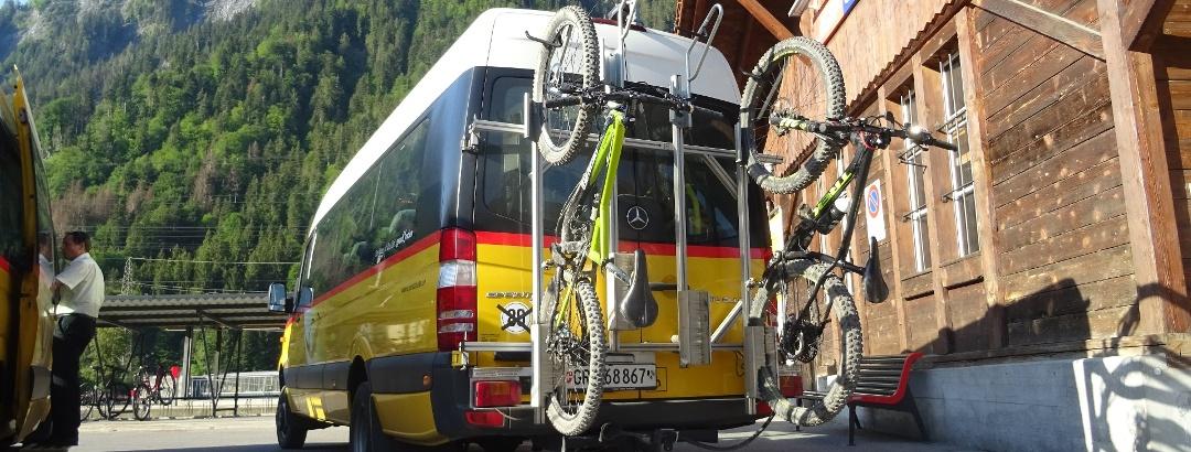 0100 Schiers - Buschauffeur fuhr uns zu zweit alleine zur Alp Furna hoch