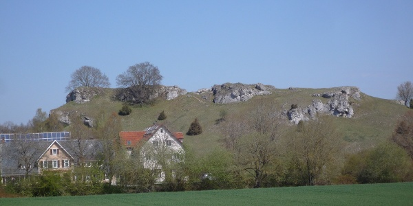 Blick zum Burgstall oberhalb von Sontheim