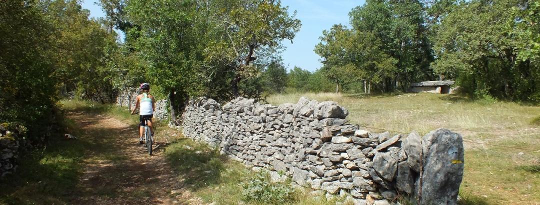 VTT sur le causse lotois, à la découverte des dolmens