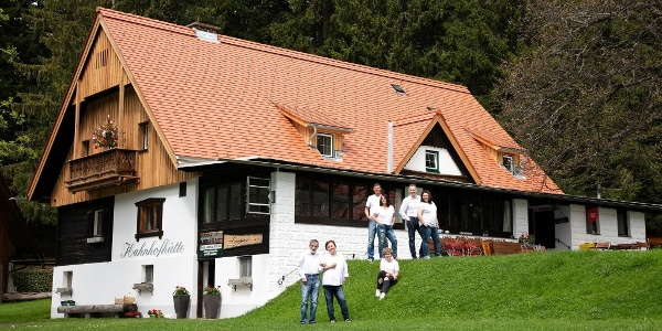 Blick auf die Hahnhofhütte von der Zufahrt
