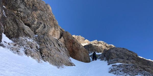 Beginn der schmalen steilen Aufstiegsrinne