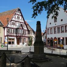 schattiger idyllischer Marktplatz in Westhofen