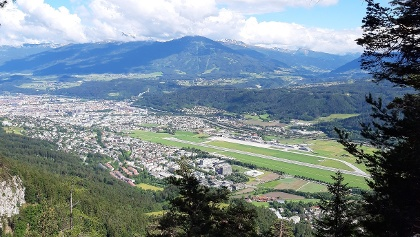 Tiefblick vom Schleifwandsteig auf Innsbruck