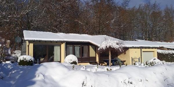 Haus im Schnee von vorne links