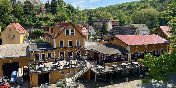 Gebäudekomplex mit Weingut, Weinkellerei und Ulrich´s Weindomizil