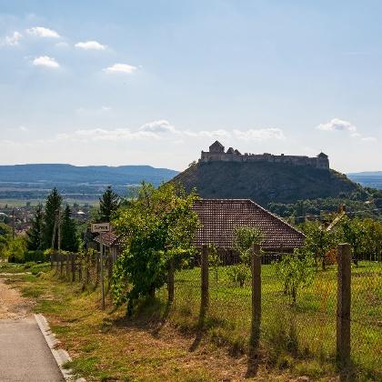 Sümeg vára háttérben a Keszthelyi-hegységgel