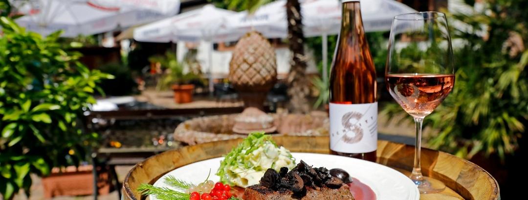 Sommer Wild Wochen im Jägerthal in der Pfalz Wildgericht auf der Terrasse des Restaurant Sieben Raben