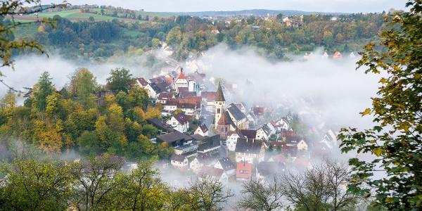 Vom Bahnhof führt der Weg hinauf ans Sulzer Eck mit tollem Blick auf die Schäferstadt Wildberg