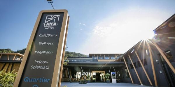 hoteleingang-sonnenschein-jufa-hotel-weiz-scaled