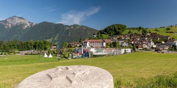"""Morschach mit Grenzstein des """"Weg der Schweiz"""" und Swiss Holiday Park"""