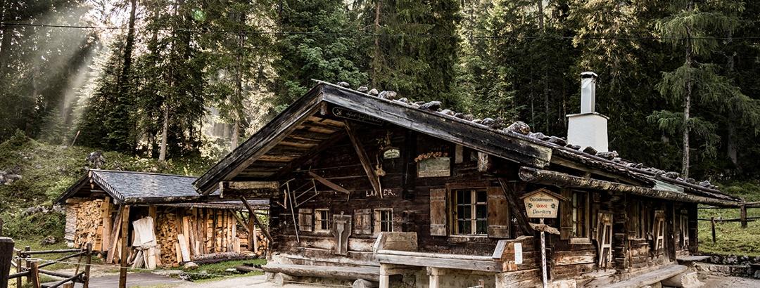 Die Brennhütte der Bergbrennerei Grassl auf der Priesbergalm