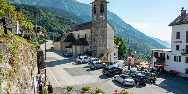 Vorbei an der Kirche von San Lorenzo