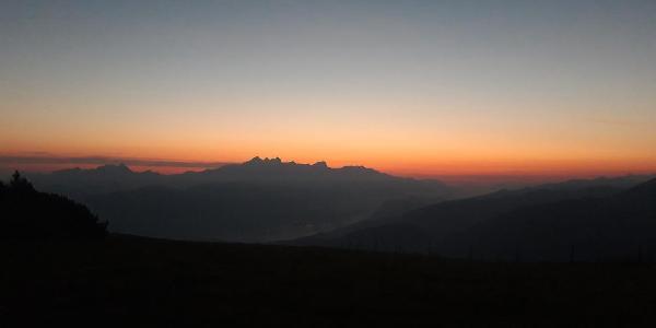 Erste Sonnenstrahlen über dem Dachsteinmassiv zu Beginn der Tour