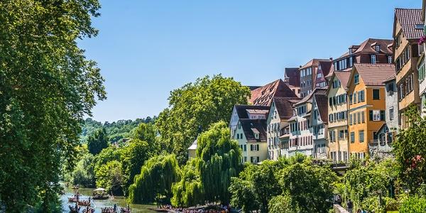 Neckarfront Tübingen mit Stocherkähnen