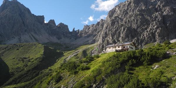 Steinseehütte mit (v.l.) Steinkarspitze, Steinkarturm, südwestl. Parzinnturm, nördöstl. Parzinnturm, Spiehlerturm, Schneekarlespitze