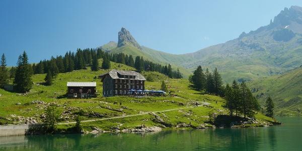 Das Berggasthaus Bannalpsee mit Bietstöck im Hintergrund