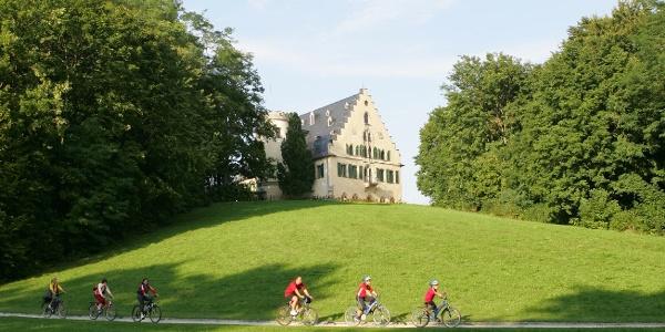 Radfahrer am Schloss Rosenau