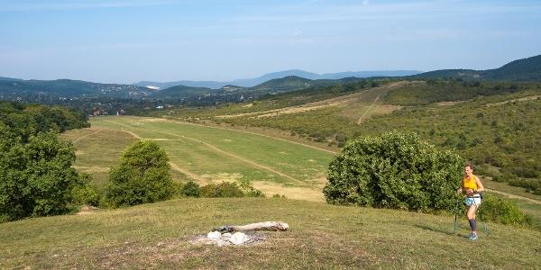 Kilátás a Homok-hegyről a vitorlázó-repülőtérre és a Vörös-kővárra