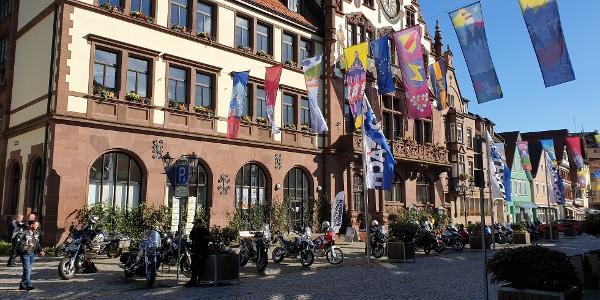Motorräder vor dem Rathaus in Wolfach