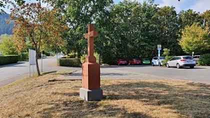 Parkplatz direkt vor dem Fußballplatz längst der K85