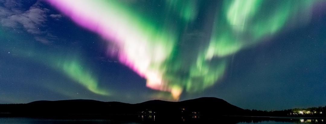 Upeat revontulet valaisevat taivasta talvella