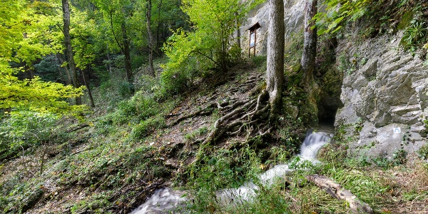 Az Imó-kő-forrás őszi működés közben