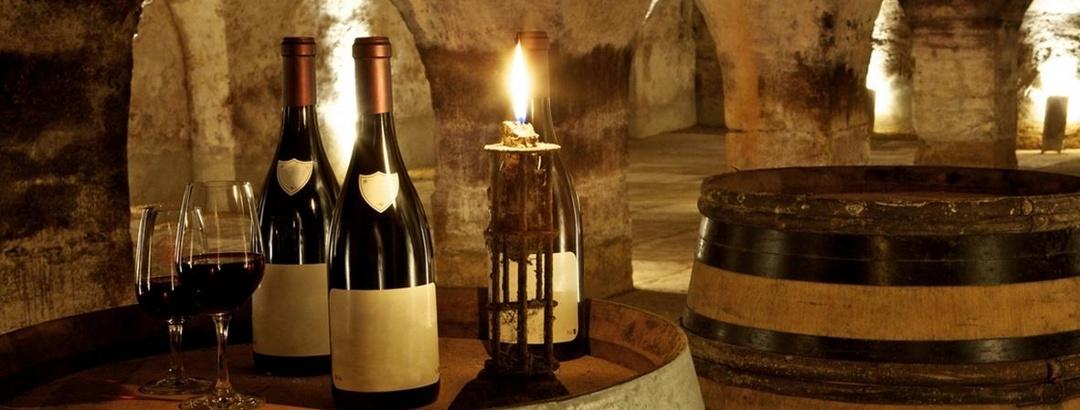 Verköstigung in einem traditionellen Weinkeller