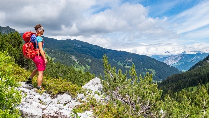 Bereits der Zustieg zum Klettersteig von der Lindauer Hütte aus ist wunderschön und wir bekommen immer wieder tolle Blicke ins Tal.