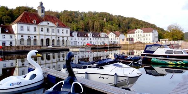 Bad Karlshafen - Hafenansicht mit Rathaus und Schleuse