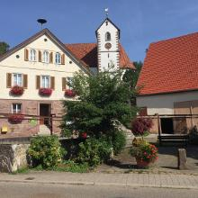 Ortszentrum vom Stadtteil Grüntal mit Rathaus und Johanneskirche