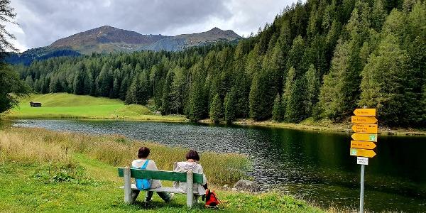 Picknickbänke am Schwarzsee